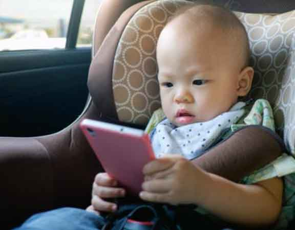 child-in-car-seat-veiwing-mobile-phone